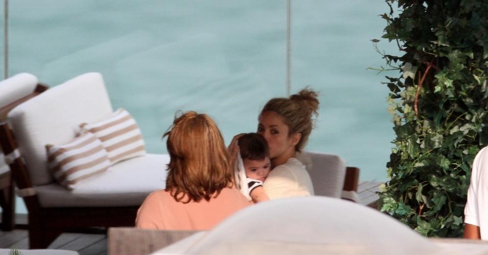 21.jun.2013 - Shakira passeia com o filho Milan pelo hotel onde está hospedada no Rio. A cantora está no Brasil para assistir aos jogos do marido, Gerard Piqué, pela Espanha, na Copa das Confederações