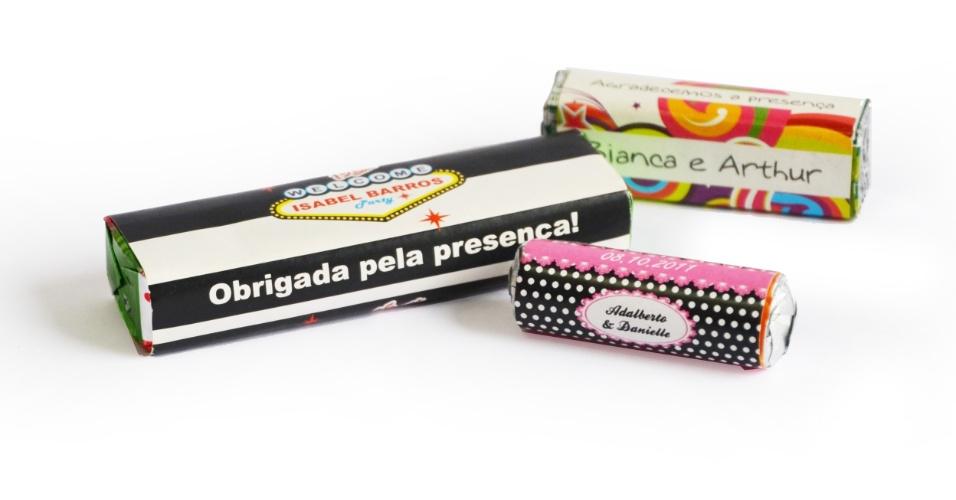 Balas com embalagens personalizadas; da Casamento.art.br (www.casamento.art.br), por R$ 2,50 (drops grande), R$ 1,30 (pastilha quadrada) e R$ 0,77 (mini pastilha redonda). Disponibilidade e preço pesquisados em junho de 2013 e sujeito a alterações