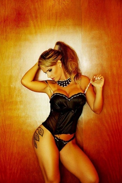 Denise Leitão Rocha mantém fotos sensuais em seu perfil no Facebook