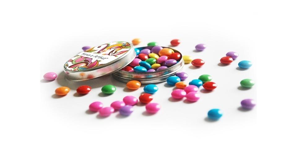 Latinha personalizada com confetes de chocolate; da Casamento.art.br (www.casamento.art.br), por R$ 1,60. Disponibilidade e preço pesquisados em junho de 2013 e sujeito a alterações