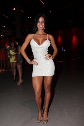 Gatinha de vestido branco no frontal - 1 4
