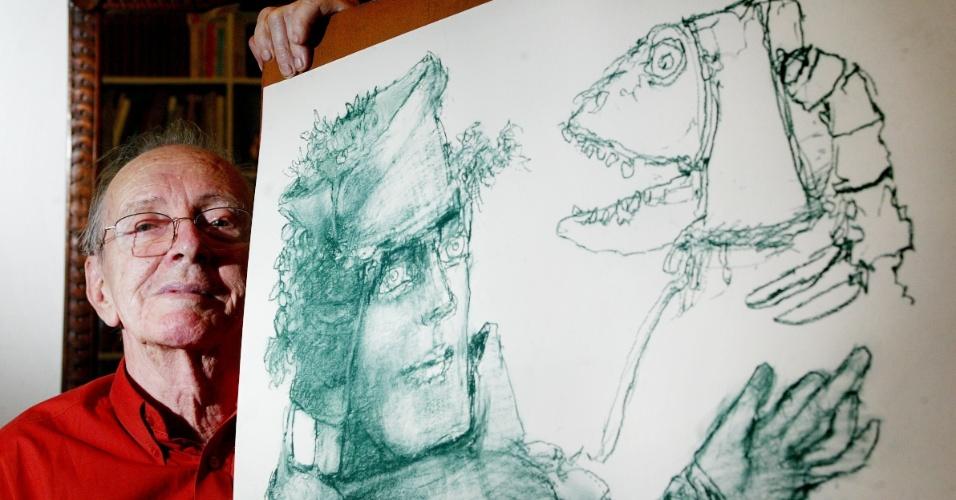 O artista plástico Marcelo Grassman, que morreu aos 88 anos em São Paulo, posa ao lado de uma de suas obras em foto de 2006