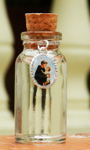 Potinho de vidro para água benta com imagem de Santo Antônio; da Cadô Presentes (www.cadopresentes.com.br), por R$ 3,90. Disponibilidade e preço pesquisados em junho de 2013 e sujeito a alterações