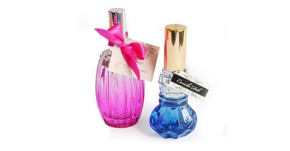 Spray para ambientes em frasco de vidro colorido; da Casamento.art.br (www.casamento.art.br), por R$ 13 (rosa) e R$ 9 (azul). Disponibilidade e preço pesquisados em junho de 2013 e sujeito a alterações