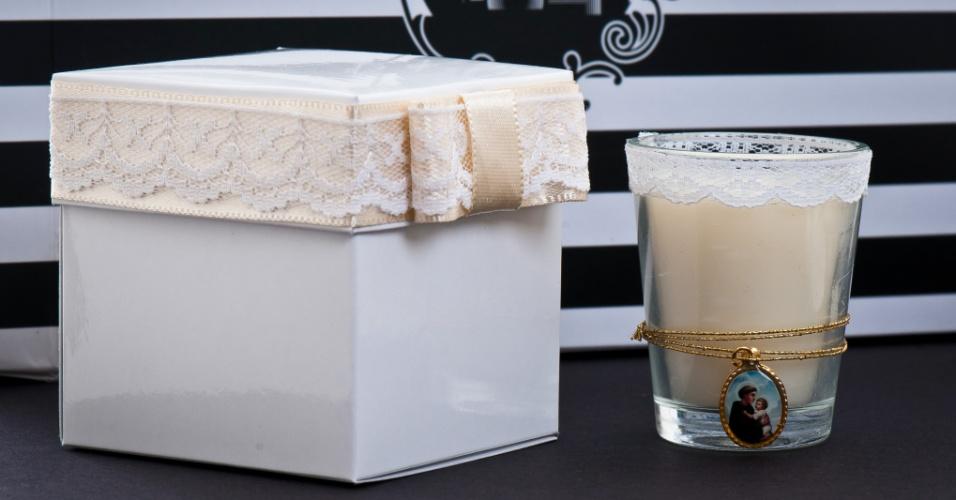 Vela aromatizada e com detalhe em renda; da Gift Chic (www.giftchic.com.br), a partir de R$ 13,50. Disponibilidade e preço pesquisados em junho de 2013 e sujeito a alterações