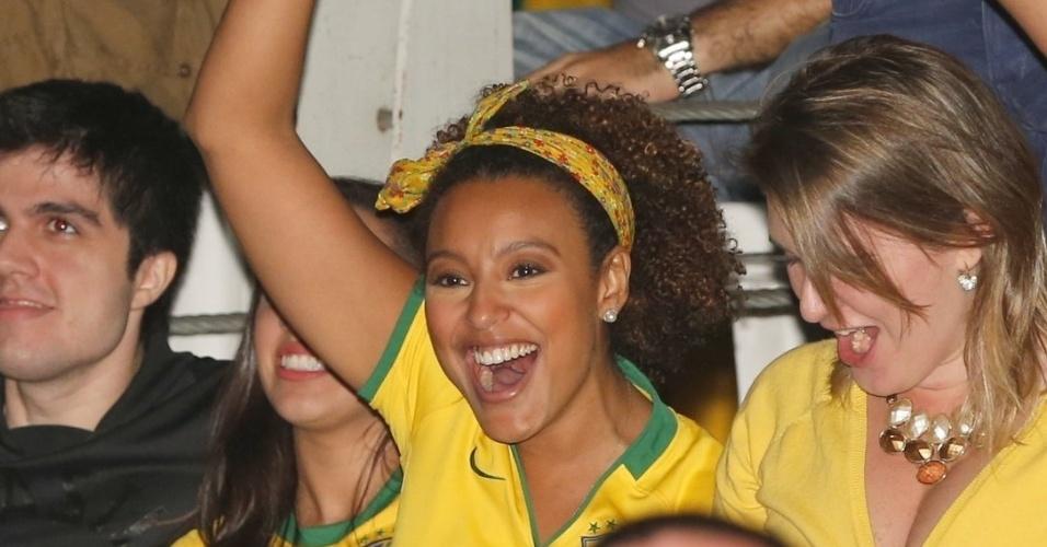 22.jun.2013 - A atriz Sheron Menezzes vibra com o gol Brasil no jogo contra a Itália; Sharon assiste ao jogo em camarote no Morro da Urca - RJ