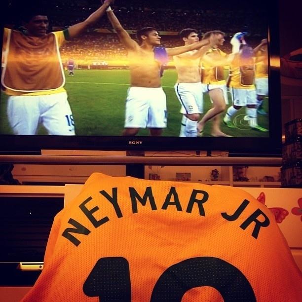 22.jun.2013 - Bruna Marquezine publica foto assistindo o jogo e de camisa de Neymar