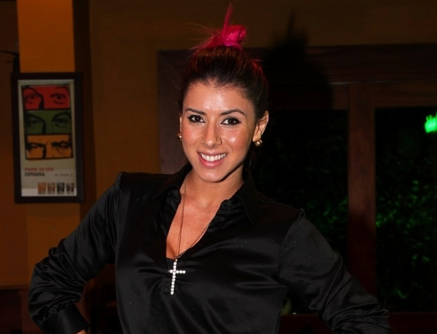 23.jun.2013 - A ex-Panicat Thaís Bianca se reuniu na noite de domingo com a torcida organizada do apresentador Gominho para assistir a estreia de