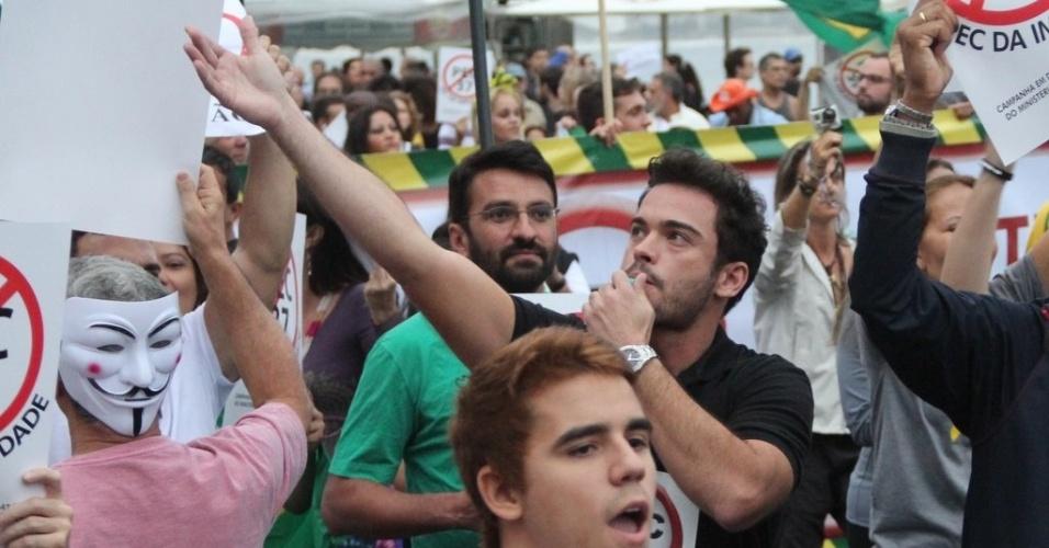 23.jun.2013 - O ator Sidney Sampaio apita e chama as pessoas dos prédios para irem à rua e participar da manifestação contra a PEC 37 na orla de Copacabana, no Rio de Janeiro