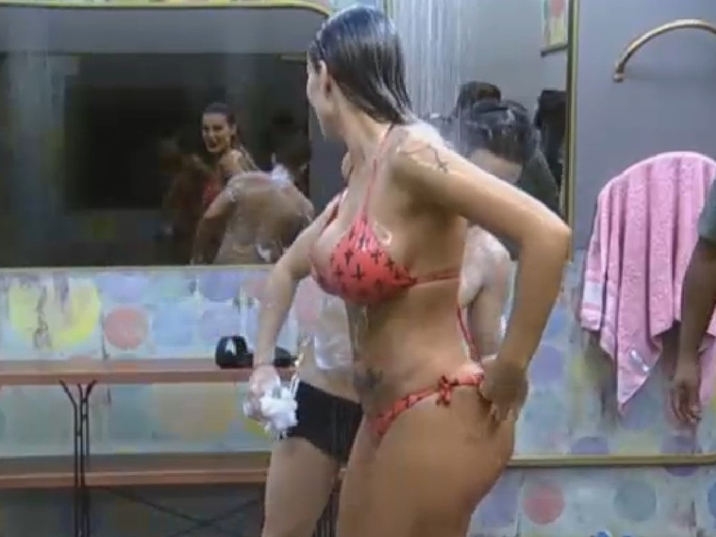 24.jun.2013 - Andressa Urach mostra Tatoo no bumbum para Yudi durante o banho