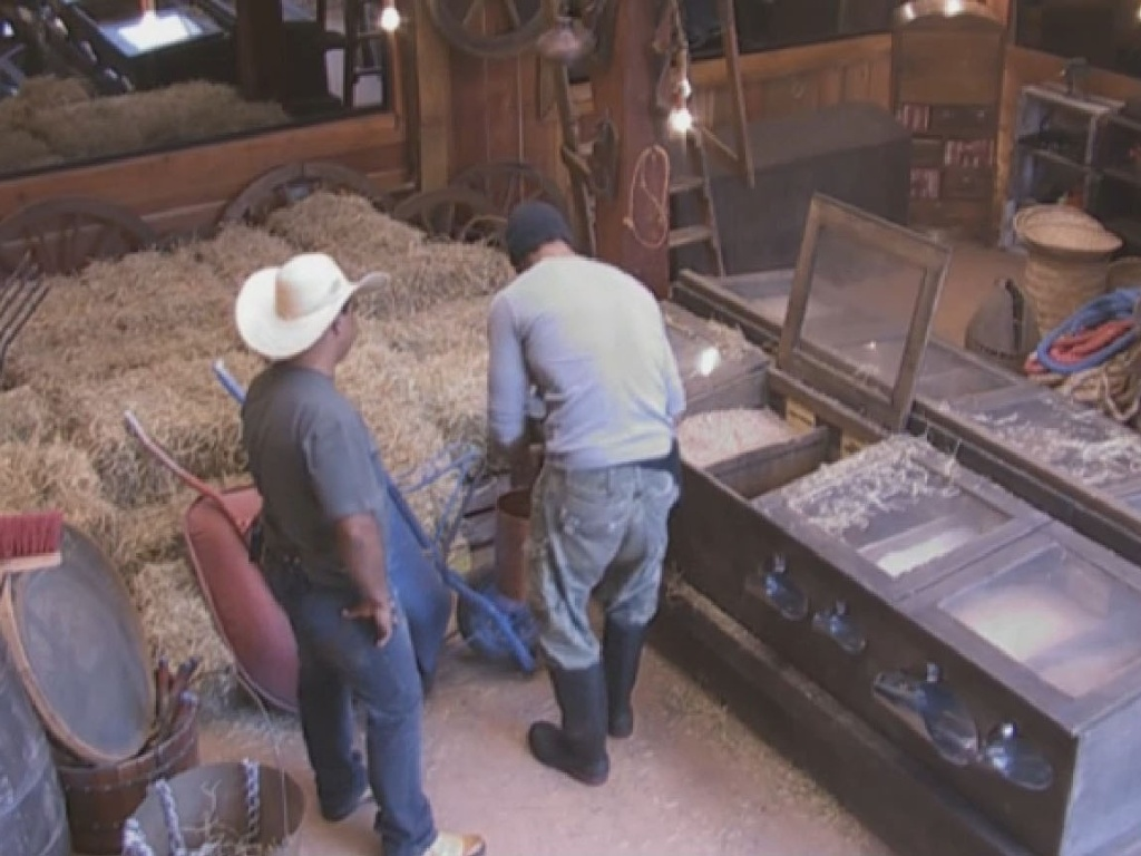 24.jun.2013 - Beto Malfacini aprende a tratar dos avestruzes na manhã desta segunda-feira