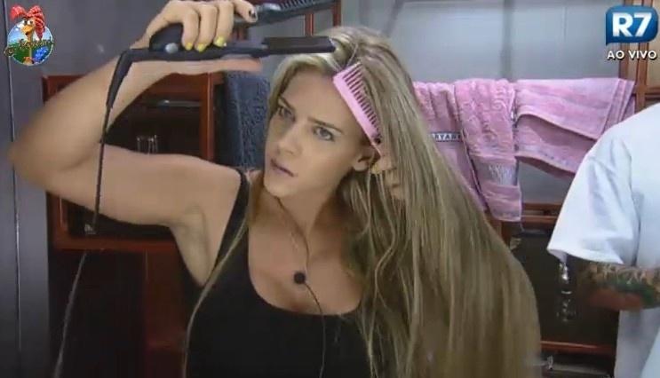 24.jun.2013 - Denise Rocha faz chapinha no cabelo