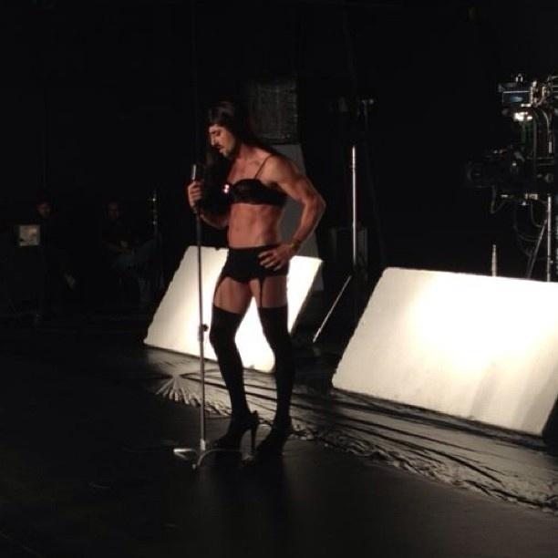 24.jun.2013 - Marcos Mion se veste como a funkeira Anitta. O