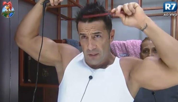 24.jun.2013 - Marcos Oliver faz chapinha no cabelo