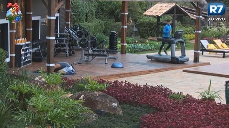 24.jun.2013 - Mateus Verdelho treina na academia da casa
