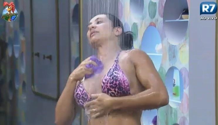 24.jun.2013 - Scheila Carvalho mostra as curvas durante seu primeiro  banho na
