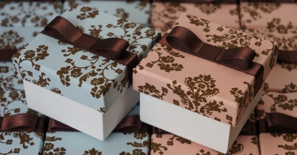 Caixa de MDF com tampa revestida de tecido para bem-casado; da Viviane Bonaventura  (www.vivianebonaventura.com.br), por R$ 13. Disponibilidade e preço pesquisados em junho de 2013 e sujeito a alterações