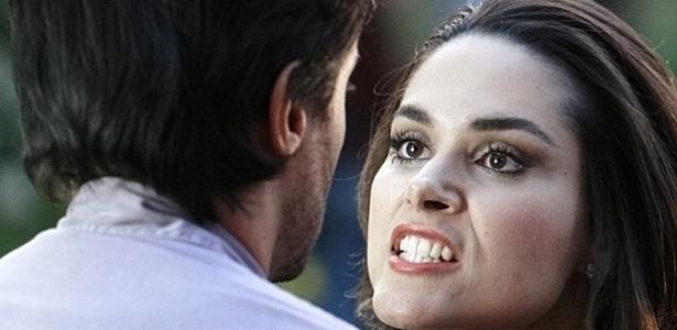 """Em """"Amor à Vida"""", Leila cai da escada e pode ficar paralítica"""