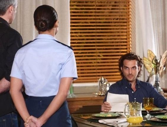 """Em """"Flor do Caribe"""", Alberto é intimado a ir para a delegacia"""