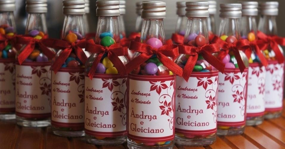 Garrafinha de vidro personalizada com confeitos de chocolate e tag de agradecimento; da Viviane Bonaventura  (www.vivianebonaventura.com.br), por R$ 5,50. Disponibilidade e preço pesquisados em junho de 2013 e sujeito a alterações