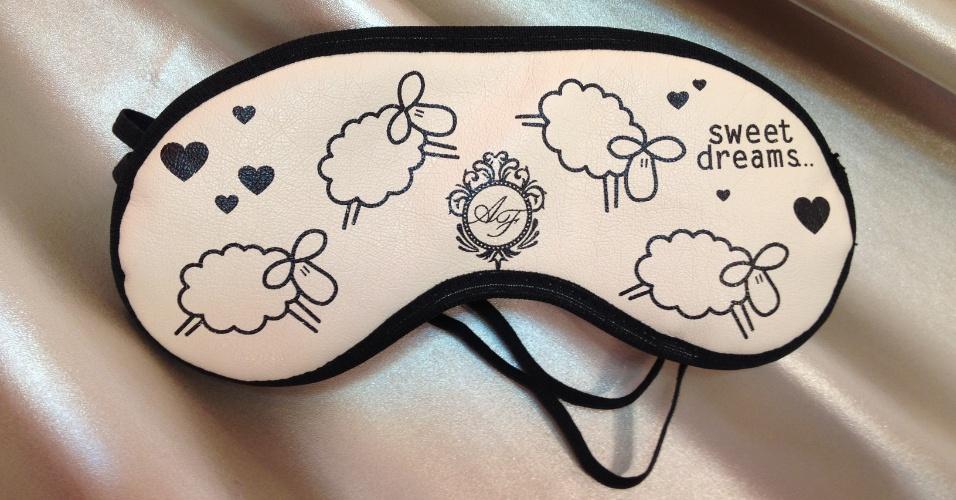 Máscara para dormir personalizada com as iniciais dos noivos; da Dom Bosco Festas (www.domboscofestas.com.br), a partir de R$ 8,90. Disponibilidade e preço pesquisados em junho de 2013 e sujeito a alterações