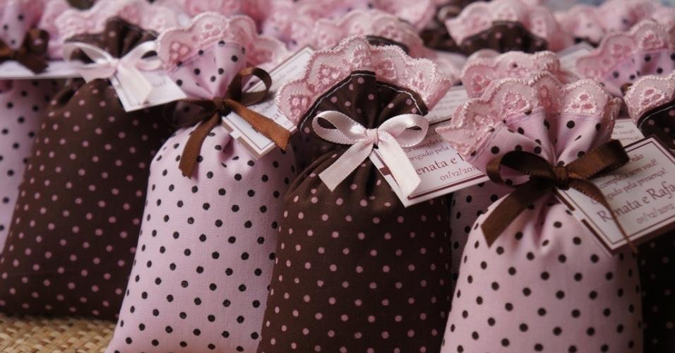 Sachê cheiroso em tecido com tag de agradecimento; da Viviane Bonaventura (www.vivianebonaventura.com.br), por R$ 5. Disponibilidade e preço pesquisados em junho de 2013 e sujeito a alterações