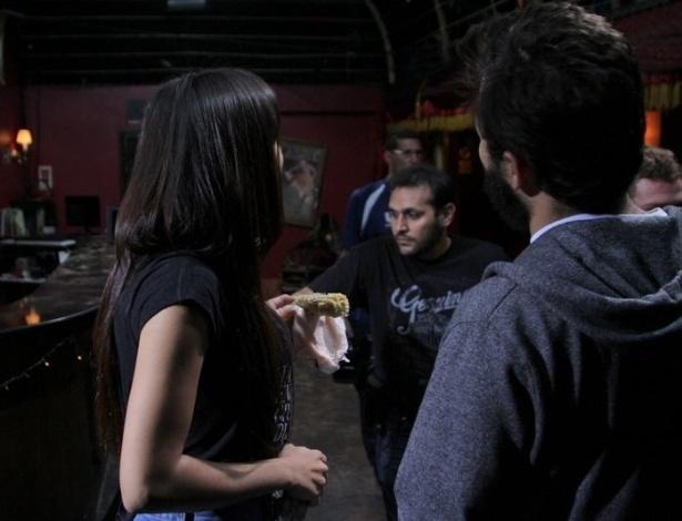 """24.jun.2013 - Anitta come um milho em intervalo da gravação do clipe de sua música """"Não Para"""" no Cabaret Lounge, em Botafogo, Rio de Janeiro"""