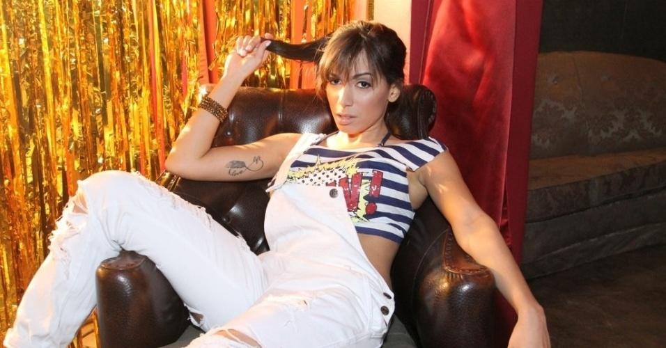 """24.jun.2013 - Anitta posa para fotógrafos no Cabaret Lounge, em Botafogo, Rio de Janeiro, onde gravou clipe de sua música """"Não Para"""""""