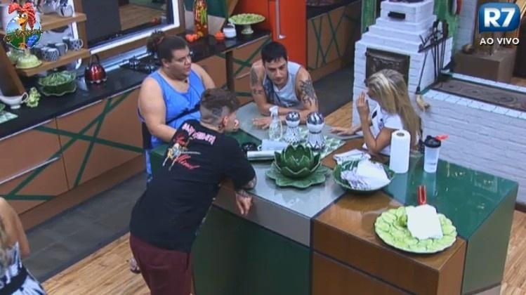 24.jun.2013 - Durante a madrugada, grupo define cardápio para almoço do dia seguinte