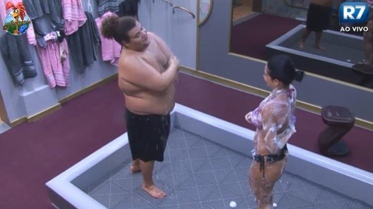 24.jun.2013 - Gominho e Scheila Carvalho tomam banho depois do jantar