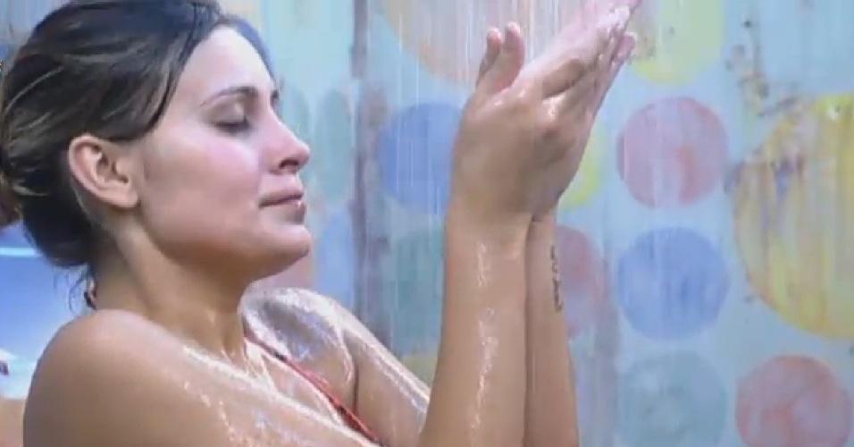 25.jun.2013 -  A loira exibiu sua boa forma durante banho no fim da tarde desta terça-feira (25)