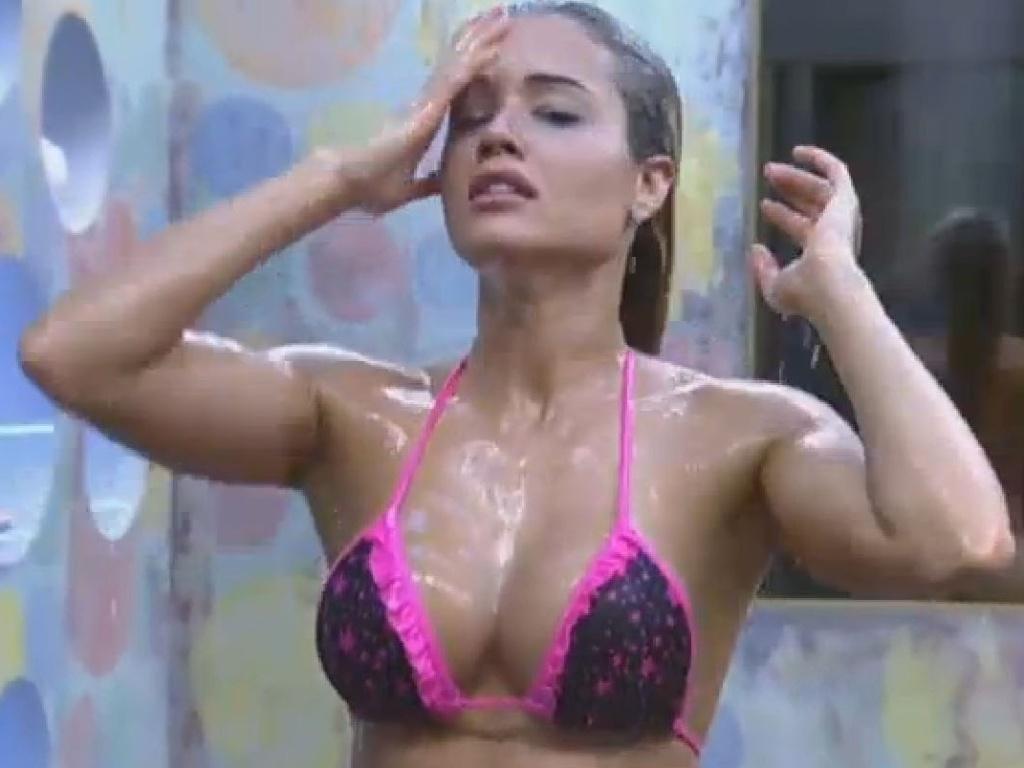25.jun.2013 - A modelo Aryane Steinkopf mostra a boa forma durante o banho na tarde desta terça-feira