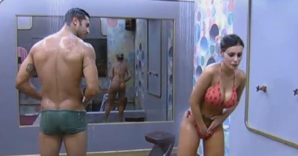 25.jun.2013 - Beto Malfacini  se encanta pela beleza de Andressa Urach no banho