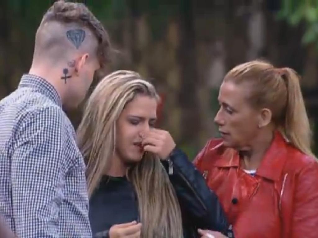 25.jun.2013 - Denise Rocha é amparada por Mateus e Rita durante o jogo