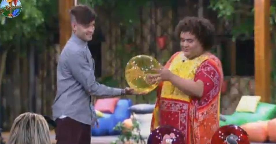 25.jun.2013 - Gominho passa a bola amarela para Mateus
