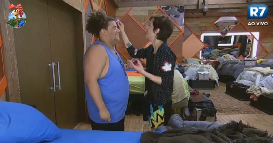 25.jun.2013 - Lu Schievano dá dicas de maquiagem para Gominho na manhã desta terça-feira