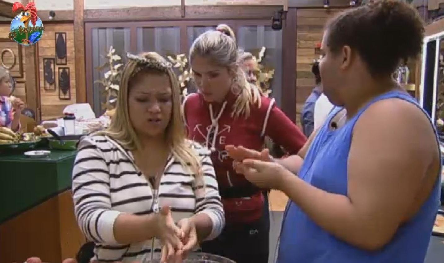 25.jun.2013 - Mulher Filé, Bárbara Evans e Gominho comentam prova da noite anterior enquanto preparam almôndegas para o almoço