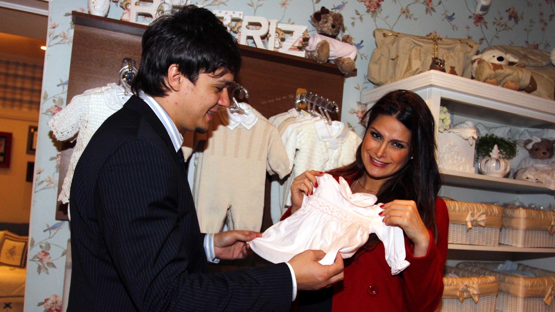 25.jun.2013 - Natália Guimarães e Leandro escolhem quartinho das filhas