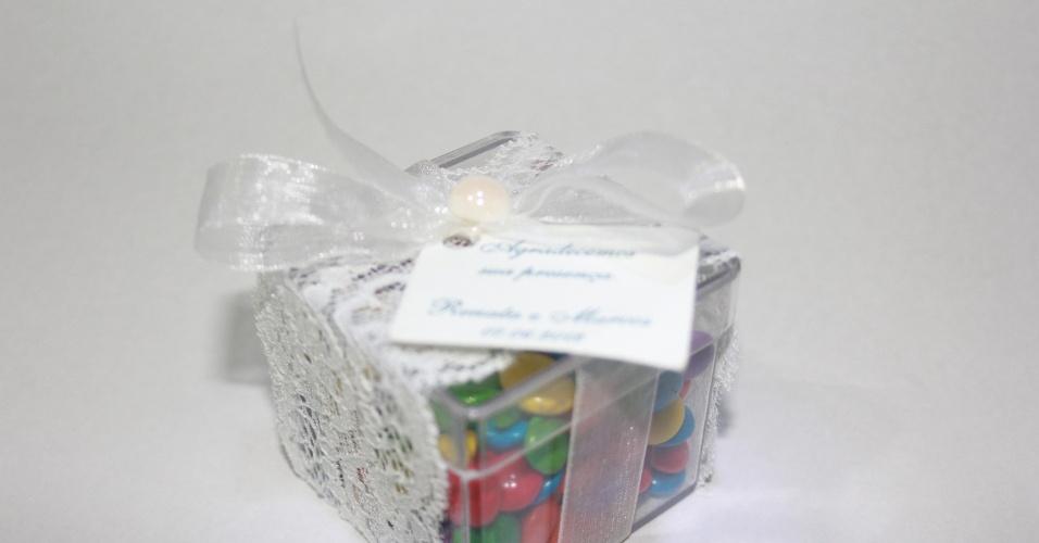 Caixinha de acrílico com confeitos de chocolate; da E-lembranças (e-lembrancas.com.br), por R$ 5,50 (unidade). Disponibilidade e preço pesquisados em julho de 2013 e sujeito a alterações
