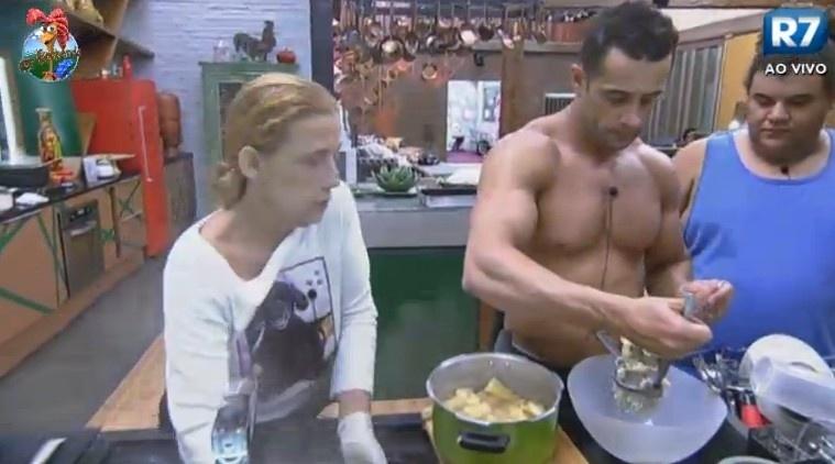 24.jun.2013 - Rita Cadillac, Gominho e Marcos Oliver preparam o jantar