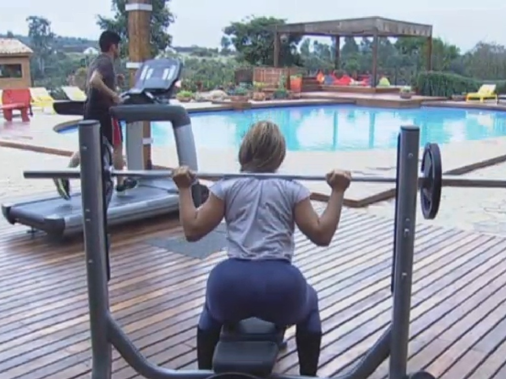 26.jun.2013 - Denise Rocha aproveita a tarde para manter a forma