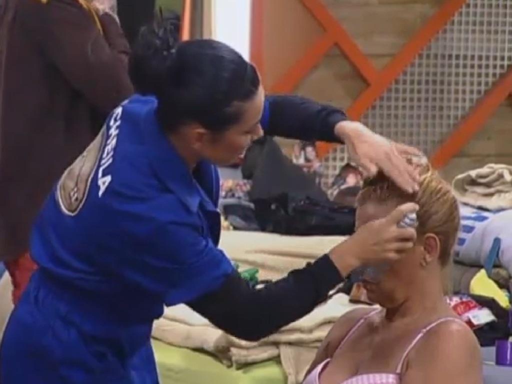 26.jun.2013 - Scheila Carvalho ajuda Rita a se arrumar para a festa desta noite