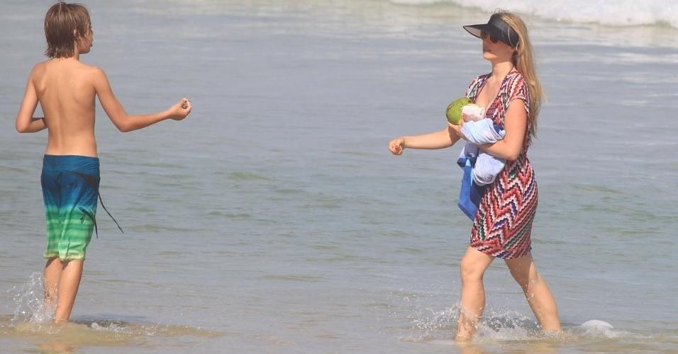 26.jun.2013 - Susana Werner aproveita dia de praia com o filho Cauet na Barra da Tijuca, no Rio de Janeiro. O menino é fruto do casamento da modelo com o goleiro de futebol Júlio César. O casal ainda tem outra filha, Giulia