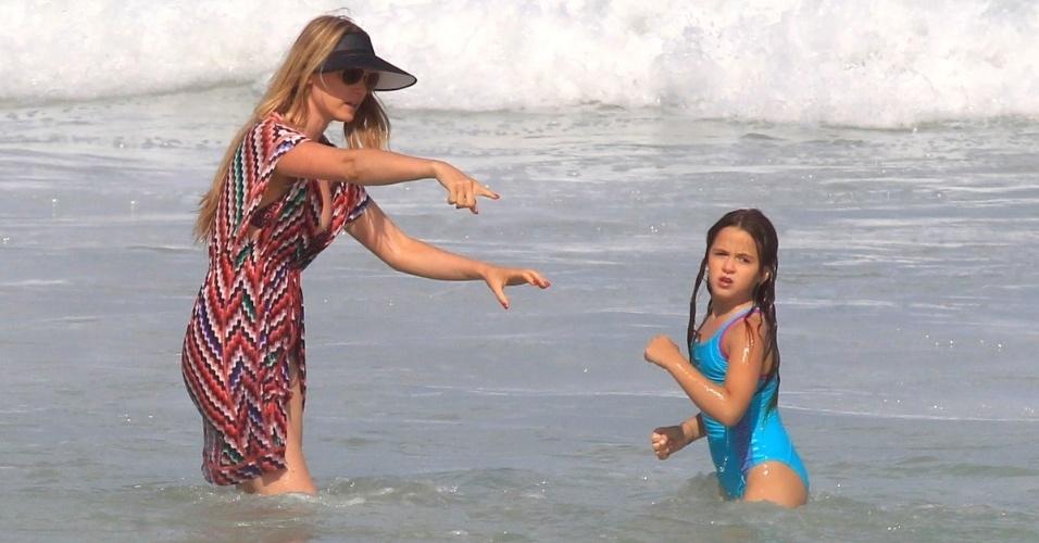 26.jun.2013 - Susana Werner brinca na praia com a filha Giulia na Barra da Tijuca, no Rio de Janeiro. A menina é fruto do casamento da modelo com o goleiro de futebol Júlio César. O casal ainda tem outro filho, Cauet
