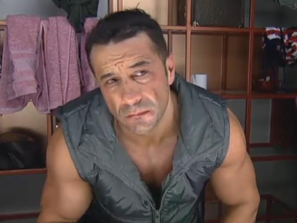 26.jun.2013 - Um dos primeiros a acordar, Marcos Oliver se prepara para atividades do dia