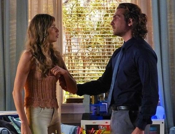 """Em """"Flor do Caribe"""", Alberto acusa Ester de ser a traidora na mansão e surta"""