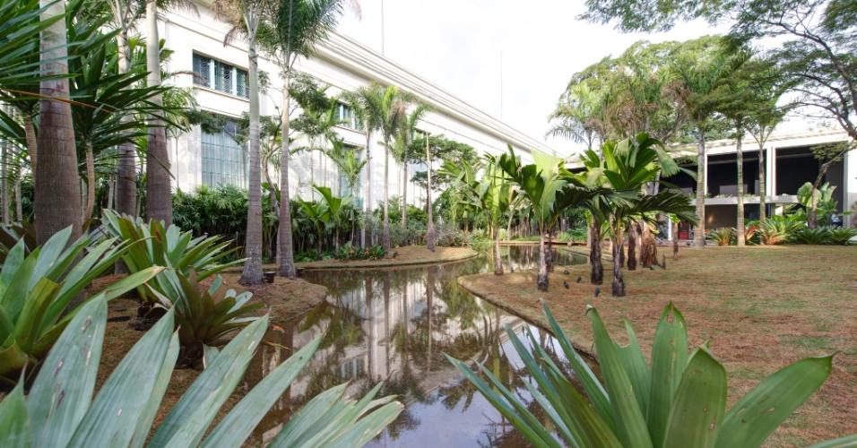 No espaço Tributo a Inhotim by Orsini, de 1.200 m², desenhado pelo paisagista Luis Carlos Orsini, há um lago de 500 m², cercado por espécies de palmeiras adultas e outras plantas tropicais. A 27ª Casa Cor SP segue até dia 21 de julho de 2013, no Jockey Club de São Paulo