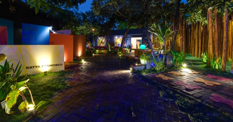 No Jardim da Casa de Chá, desenhado pela arquiteta e paisagista Katya Francisco, se destacam os pontaletes de eucalipto (à dir.) e as estruturas que se assemelham a labirintos (à esq.) que dão ar lúdico ao espaço. A 27ª Casa Cor SP segue até dia 21 de julho de 2013, no Jockey Club de São Paulo
