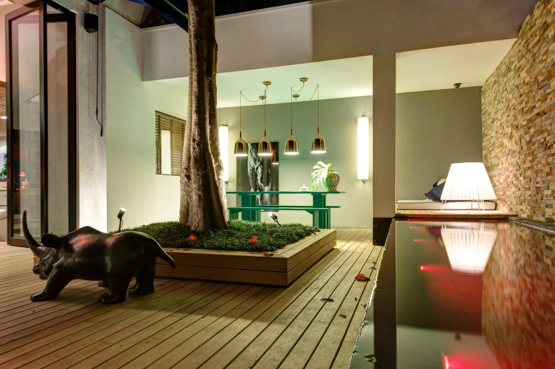 No terraço da Casa Weekend, projetada pela dupla Olegário de Sá e Gilberto Cioni, se destaca a piscina com borda infinita (à dir.). A 27ª Casa Cor SP segue até dia 21 de julho de 2013, no Jockey Club de São Paulo