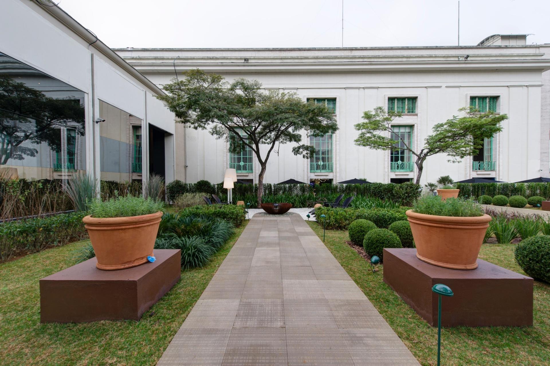 O Jardim das Casas, projeto paisagístico de 800 m², assinado por Roberto Riscala, conta com piso antiderrapante que dispensa o uso de rejunte. A 27ª Casa Cor SP segue até dia 21 de julho de 2013, no Jockey Club de São Paulo